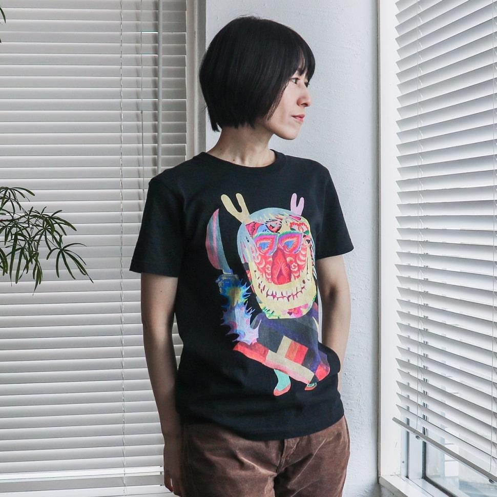 秋田人形道祖神 ナマハゲTシャツ ブラック Sサイズ パンツスタイル(斜め)の着用写真